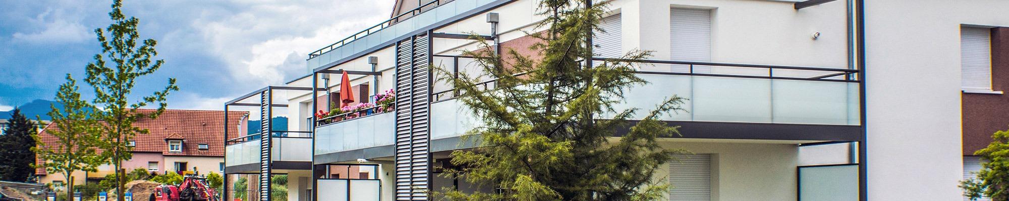 façade immeuble avec balcon